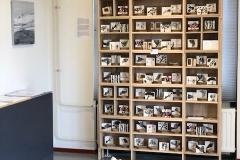 De kast met 100 verschillende porseleinen boekjes staat in Gallerie November Nes Ameland.